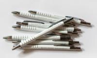 lasergraveeritud-valged-pastakad-firmakingitused-reklaammeened